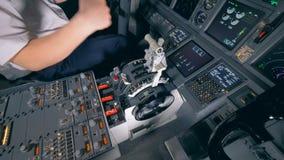 飞行员停滞他的在一根杠杆的手在驾驶舱内,关闭 4K 股票视频