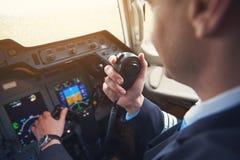 飞行员告诉由便携式的发射机 库存图片