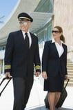 飞行员和空服员在大厦之外 图库摄影