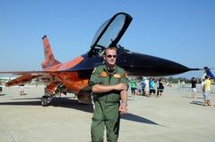 飞行员和F-16猎鹰 免版税图库摄影