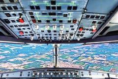 飞行员在平面驾驶舱内 图库摄影