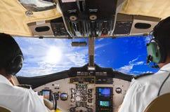 飞行员在平面驾驶舱和天空内 库存图片
