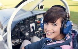 飞行员在飞机座舱内 免版税库存照片