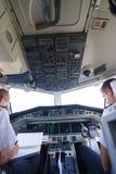 飞行员在飞机座舱内 免版税库存图片
