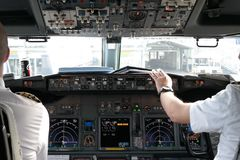 飞行员在驾驶舱内 免版税库存照片