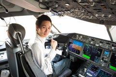 飞行员在驾驶舱内 库存图片