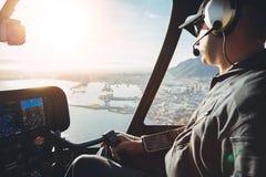 飞行员在直升机的驾驶舱内 免版税图库摄影