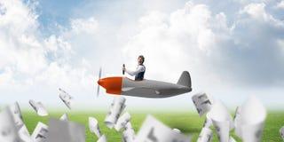 飞行员帽子和风镜的人 免版税库存图片