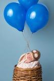 戴飞行员帽子的新出生的男婴 库存图片