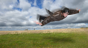 飞行员或飞行员飞行通过空气 库存图片