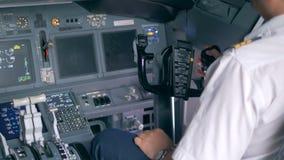 飞行员谈话在驾驶舱内,关闭  影视素材