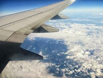飞行和云彩 库存照片