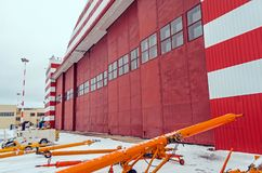 飞行器维修的在机场,冬天多雪的风景飞机棚 库存图片