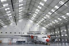 飞行器维修飞机棚 库存图片