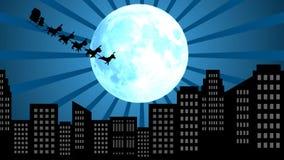 飞行圣诞老人在圣诞节在雪橇的月亮夜与在城市的驯鹿 皇族释放例证