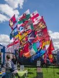 飞行在一个晴朗的早晨的所有英国国家旗子在 免版税库存图片