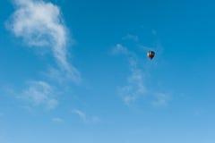 飞行在一个热空气气球在冬天 免版税库存照片
