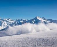 飞行在一条下坡滑雪路线的雪粉末在意大利阿尔卑斯有惊人的mountainscape背景 库存图片