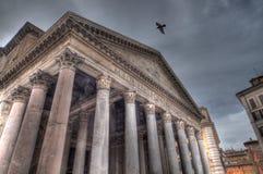 飞行在万神殿(HDR)的鸽子 免版税库存照片