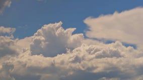 飞行在与太阳的蓝天的白色云彩发出光线 股票视频