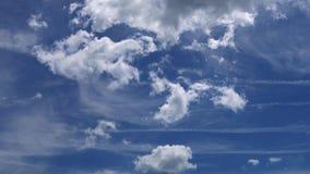 飞行在与太阳的蓝天的白色云彩发出光线4K录影决议 影视素材