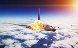 飞行在与引擎的天空在火 库存照片