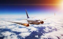 飞行在与引擎的天空在火 免版税库存照片