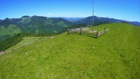 飞行在与木haymow的美好的山风景在喀尔巴阡山脉的绿色草甸 股票录像