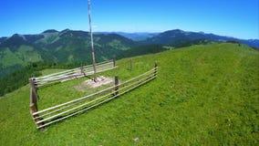 飞行在与木haymow的美好的山风景在喀尔巴阡山脉的绿色草甸 影视素材