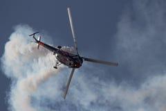 飞行在与直升机的天空 免版税库存图片
