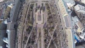 飞行在与纪念碑的中心城市正方形 股票视频
