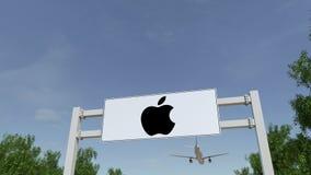 飞行在与苹果计算机公司的广告广告牌的飞机 徽标 回报4K夹子的社论3D 股票录像