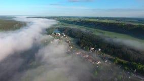 飞行在与薄雾的landcape上 股票录像