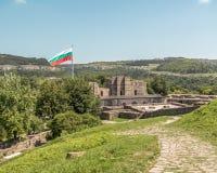 飞行在中世纪堡垒废墟的保加利亚旗子  Tsarevets 免版税库存图片