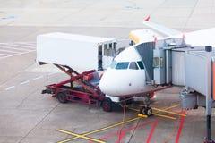 飞行在为上靠码头的机场并且为服务 库存图片