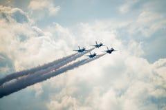 飞行在云彩上的美国空军雷鸟 免版税库存照片