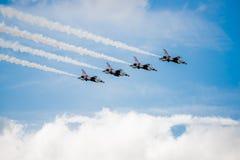 飞行在云彩的美国空军雷鸟 免版税库存图片