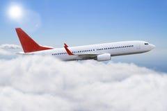 飞行在云彩的Plane免版税库存照片