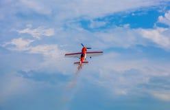 飞行在云彩背景的天空飞机 图库摄影