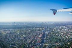 飞行在住宅邻里,布加勒斯特地平线在背景中 免版税库存照片