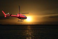 飞行在佛罗里达群岛的直升机 库存照片