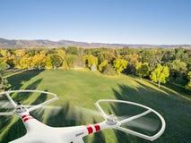 飞行在公园的寄生虫 库存照片