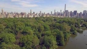 飞行在公担公园上在纽约 惊人的空中图片 (80 m) 股票录像