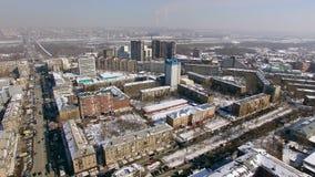 飞行在冬天城市的直升机 都市烟雾,在天际 4K 股票录像