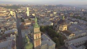 飞行在利沃夫州市,乌克兰 古城的全景 影视素材