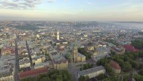 飞行在利沃夫州市,乌克兰 古城的全景 股票视频