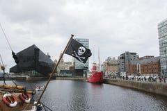 飞行在利物浦的海盗旗 库存图片