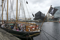 飞行在利物浦的海盗旗 库存照片