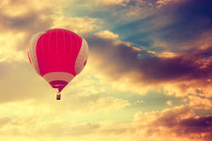 飞行在剧烈的日落天空的热空气气球 免版税库存照片