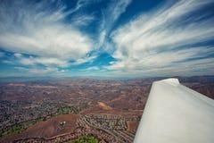 飞行在华美的加利福尼亚风景的一架飞机在一美好的阴天 免版税库存图片